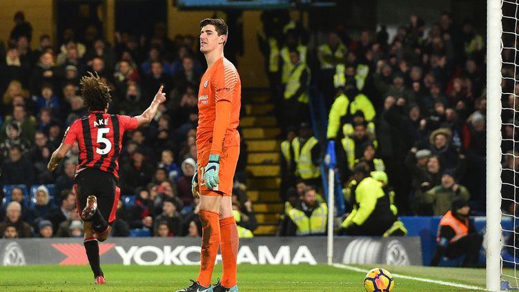 Le gardien de Chelsea Thibaut Courtois abattu après le but d'Ake (Bournemouth) (GLYN KIRK / AFP)