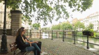 Un jeune couple à Strasbourg, le vendredi 24 juillet 2020. (FRANCE 3)