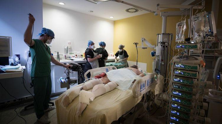 Un patient atteint du Covid-19 en réanimation, le 27 avril 2020 à l'hôpital Lariboisière, à Paris, le 27 avril 2020. (JOEL SAGET / AFP)