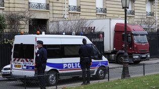 Des policiers français devant la résidence parisienne de Teodoro Obiang Jr, avenue Foch, lors d'une perquisition le 14 février 2012. Le vice-président équato-guinéen a été condamné en appel dans l'affaire des biens mal acquis, le 10 février 2020. (ERIC FEFERBERG / AFP)