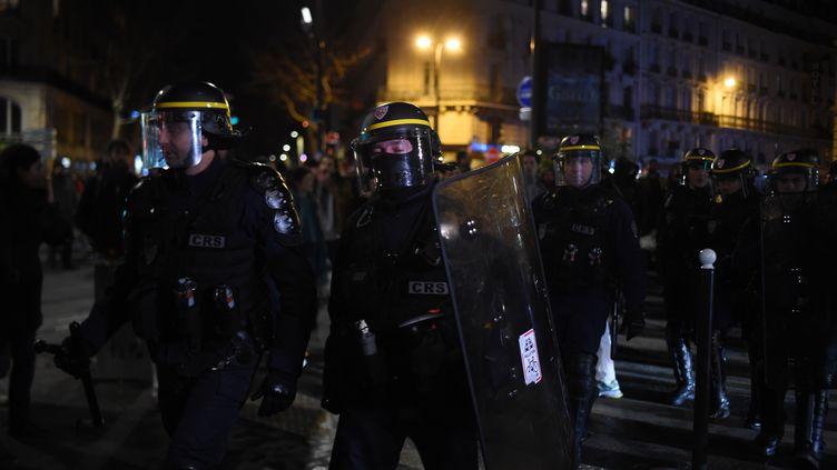 Des CRS interviennent alors que des manifestants sont rassemblés devant le théâtre des Bouffes du Nord, à Paris, vendredi 17 janvier 2020. (LUCAS BARIOULET / AFP)