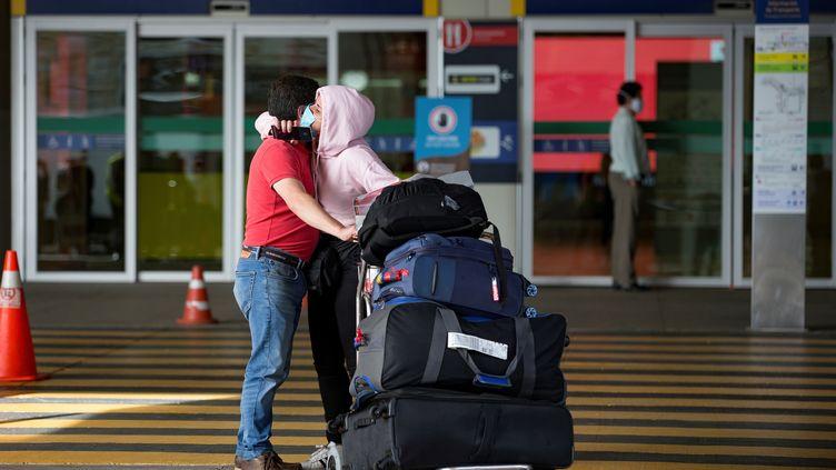 Un couple se retrouve à l'aéroport de Tababela, en Équateur, le 16 juin 2020. Photo d'illustration. (JOSE JACOME / EFE)