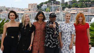 Cette année, le jury est majoritairement féminin. A gauche, l'actrice américaine Maggie Gyllenhaal et la réalisatrice australienne Jessica Hausner. Au centre, la réalisatrice franco-sénégalaise Mati Diop et le président Spike Lee. A droite, l'actrice et réalisatrice Mélanie Laurent et la chanteuse franco-canadienne Mylene Farmer. (CHRISTOPHE SIMON / AFP)