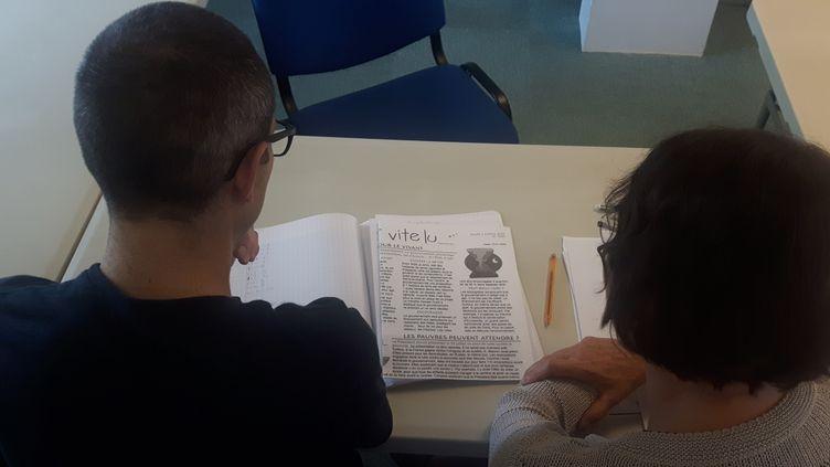 Anthony et sa professeure bénévole, en cours de soutien avec l'association CLE à Ermont (Val d'Oise) (SEBASTIEN BAER / RADIO FRANCE)