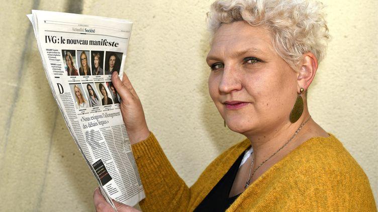 """Sarah Durocher,co-présidente nationale du Planning familial, tient en main le nouveau """"Manifeste des 343"""", le 4 avril 2021. (ERIC MALOT /REPUBLIQUE DU CENTRE/ MAXPPP)"""