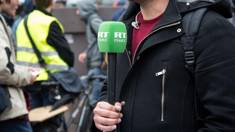 Un journaliste de la chaîne RT France, à Paris, le 1er mars 2019. (RICCARDO MILANI / HANS LUCAS)