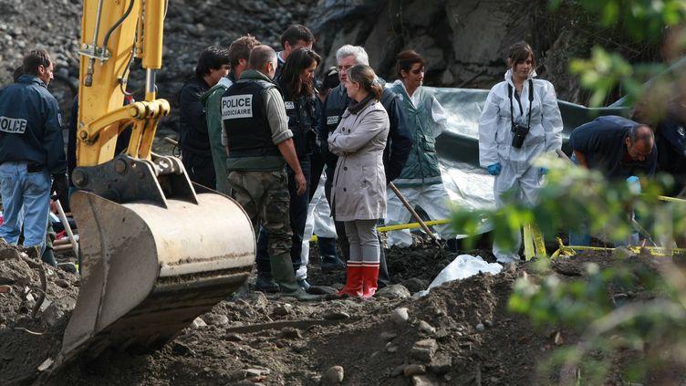 Fouilles aux abords du gave de Pau (Pyrénées-Atlantiques), à la recherche du corps d'Alexandre Junca, le 20 octobre 2011. (MAXPPP)