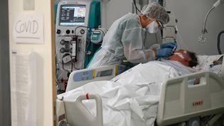Un patient atteint du Covid-19 en réanimation, à l'hôpital Pasteur à Colmar (Haut-Rhin), le 22 janvier 2021. (SEBASTIEN BOZON / AFP)