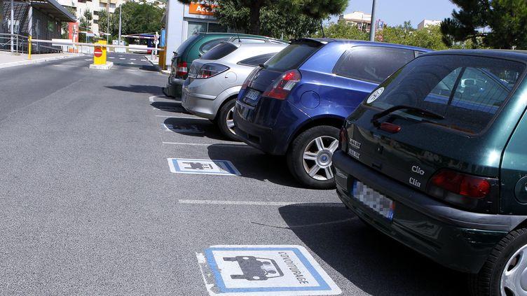 Des voitures garées sur une aire de covoiturage à Montpellier (Hérault), le 21 juillet 2016. (GUILLAUME BONNEFONT / MAXPPP)