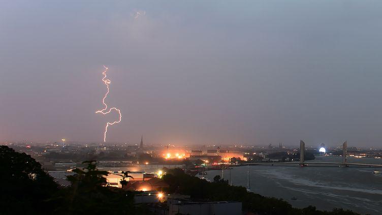 Un orage frappe la ville de Bordeaux, le 30 juin 2018. (NICOLAS TUCAT / AFP)
