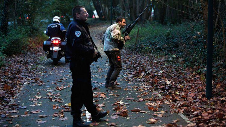 """(La  traque a repris vendredi avec le renfort de militaires pour retrouver le félin """"errant"""" dans une région boisée à l'est de Paris © Thibault Camus/AP/SIPA)"""