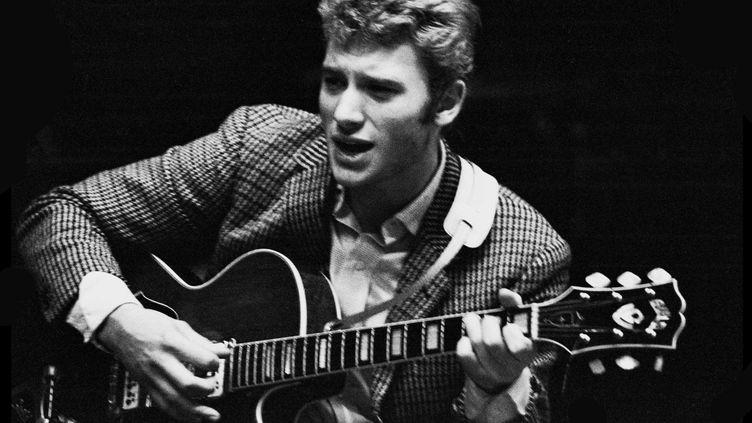 Johnny Hallyday lors d'une répétition a l'Olympia en janvier 1964.  (Dalmas/SIPA)