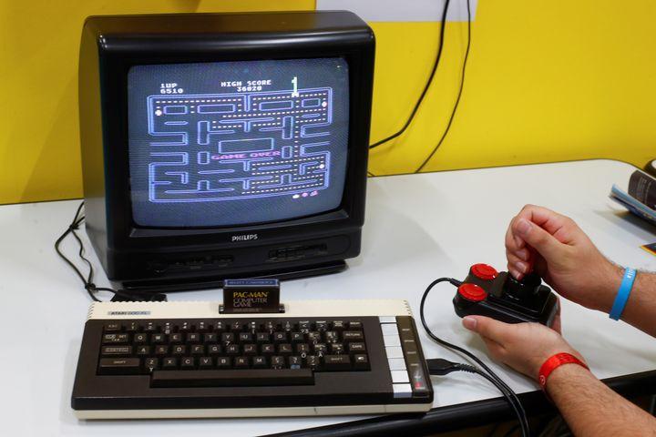 Le jeu Pac-Man lors d'un salon rétro du jeu vidéo à Cologne (Allemagne), le 21 août 2019. (WOLFGANG RATTAY / REUTERS)