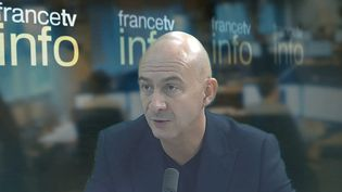 """François Lenglet répond aux réseaux sociaux après l'émission :"""" reprie ou re-crise."""" Octobre 2015. (  FRANCETV INFO / YOUTUBE)"""