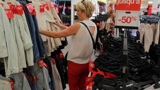 Une cliente dans un magasin de vêtements à Bordeaux (Gironde), le 24 juin 2015. (NICOLAS TUCAT / AFP)