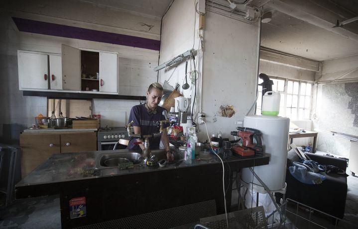 Dans la cuisine d'un appartement du squat de la Cité de la Jarry à Vincennes le 15 juillet 2017.  (Joel Saget / AFP)