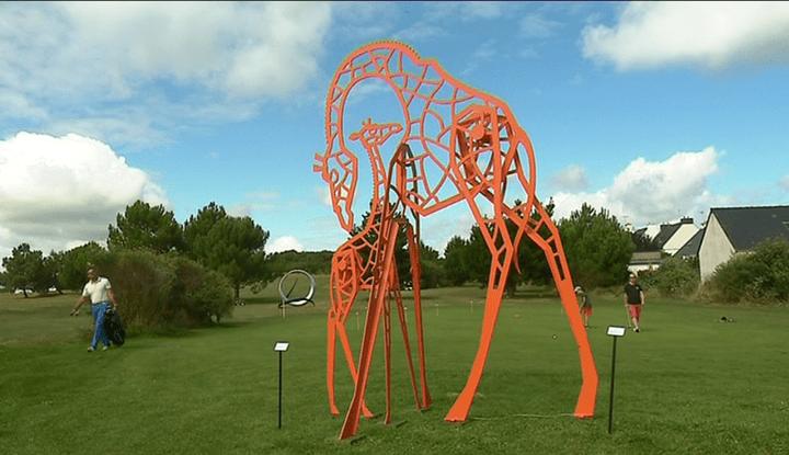 """""""Je veille sur toi"""" et """"Le girafon"""" de Pierre Baudean  (France 3 Culturebox (capture d'écran))"""