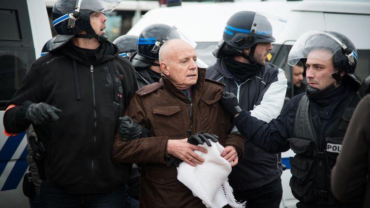 Le général Christian Piquemal, ancien commandant de la légion étrangère, arrêté par la police lors d'une manifestation anti-migrants interdite, le 6 février 2016 à Calais (Pas-de-Calais). (MANNONE CADORET / AFP)