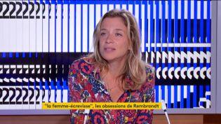 """Oriane Jeancourt Galignani était l'invitée du 23 heures de franceinfo dimanche 30 août. L'auteure a évoqué la sortie de son nouveau livre """"La Femme-écrevisse"""" racontant l'obsession successive de trois personnages pour une oeuvre de Rembrandt. (FRANCEINFO)"""