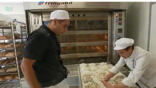 Un boulanger voulait faire du pain sans gluten, et a réussi à en produire avec des grains de riz. Il fait maintenant face à une réelle demande et livre des palaces ainsi que des magasins spécialisés.  (FRANCE 2)