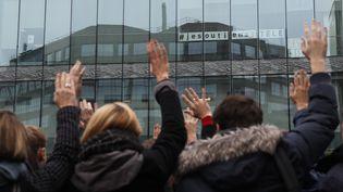 Des salariés d'i-Télé votent la grève, le 7 novembre 2016, devant le siège de la chaîne, à Boulogne-Billancourt (Hauts-de-Seine). (THOMAS SAMSON / AFP)