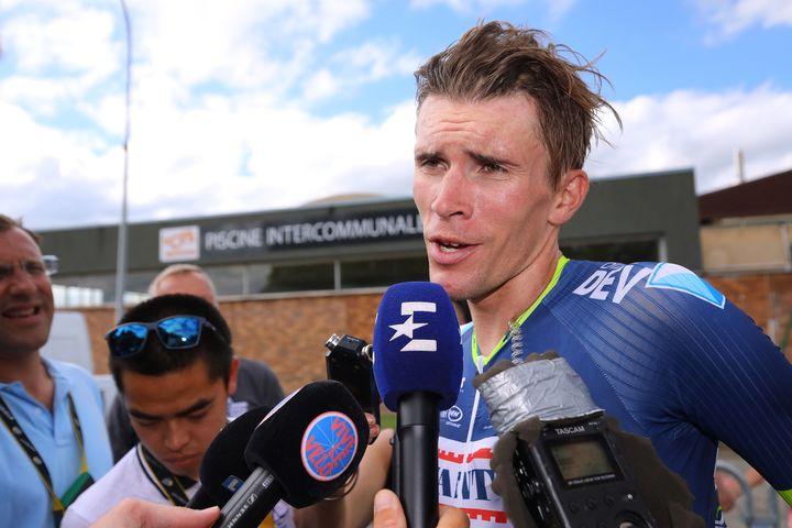Yoann Offredo sollicité par ses futurs confrères, sur le Tour de France 2017. (DE WAELE TIM / TDWSPORT SARL)