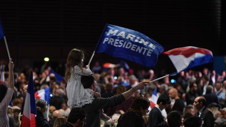 Des sympathisants du Front national au meeting de Marine Le Pen à Villepinte (Seine-Saint-Denis), lundi 1er mai 2017. (ALAIN JOCARD / AFP)