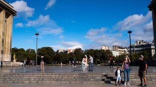 Des personnes visitent Paris, le 17 août 2020. (MARTIN BERTRAND / HANS LUCAS / AFP)