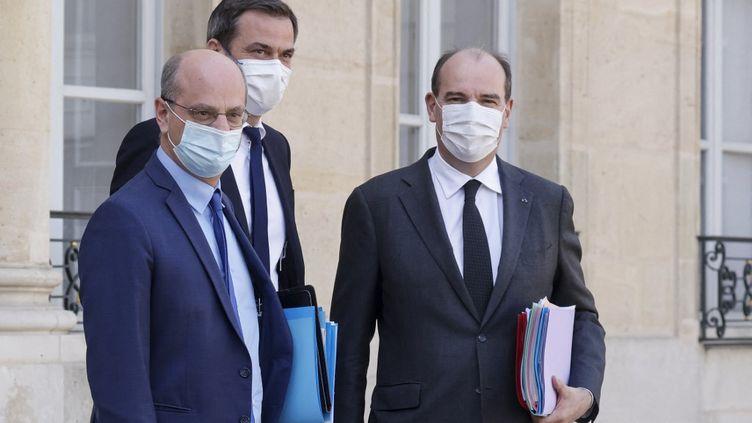 Le ministre de l'Education, Jean-Michel Blanquer, le ministre de la Santé, Olivier Véran, et le Premier ministre, Jean Castex, sur le perron de l'Elysée, le 31 mars 2021. (LUDOVIC MARIN / AFP)