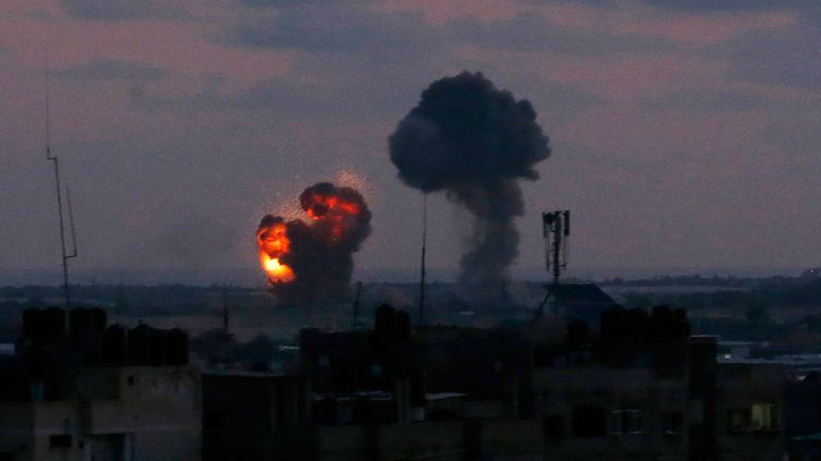 Une explosion dans la ville de Rafah, dans la bande de Gaza, après des frappes de l'armée israélienne, dans la nuit du 19 au 20 juin 2018. (SAID KHATIB / AFP)