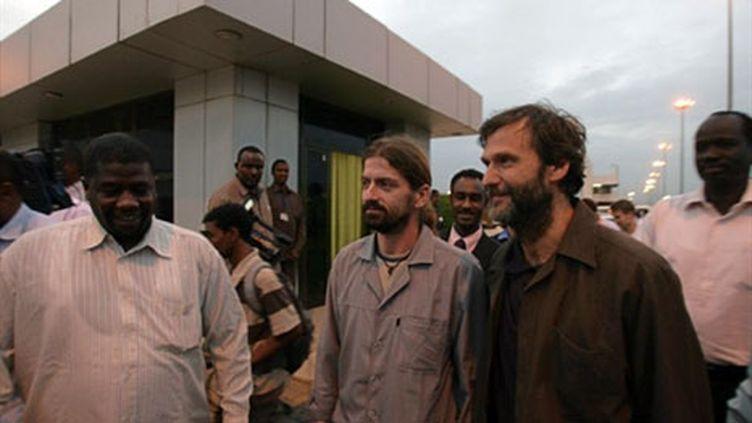 Les deux humanitaires Allemands libérés, arrivent à l'aéroport de Khartoum, le 27 juillet 2010 (AFP - Ashraf Shazly)