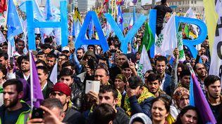 """Des sympathisants du parti pro-Kurde HDP manifestent, en avril 2017 à Istanbul en Turquie, pour le """"non"""" (""""Hayir"""") au referendum organisé le 16 avril. (YASIN AKGUL / AFP)"""