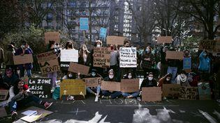 1er mars 2021 : sit-in devant les locaux du Cours Florent à Paris contre les violences sexistes et sexuelles et les discriminations dans les écoles de spectacle vivant. (NOEMIE COISSAC / HANS LUCAS)