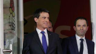Manuel Valls et Benoît Hamon, au soir du second tour de la primaire de gauche, le 29 janvier 2017, devant le siège du Parti socialiste à Paris. (PHILIPPE WOJAZER / REUTERS)