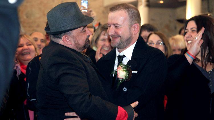 Alexis Cortijos et Fabrice Lesté lors de leur mariage symboliquement célébré le 11 février 2012 à Villejuif (Val-de-Marne). (PIERRE VERDY / AFP)