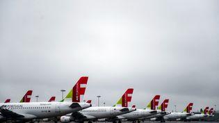 Des avions de la compagnie aérienne TAP sont sur le tarmac de l'aéroport de Lisbonne (Portugal), le 9 avril 2020. (PATRICIA DE MELO MOREIRA / AFP)