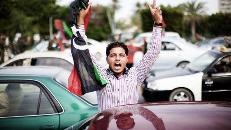 Des scènes de liesse ont été constatées à Tripoli après l'annonce de la capture et de la mort de Kadhafi. (MARCO LONGARI/AFP)