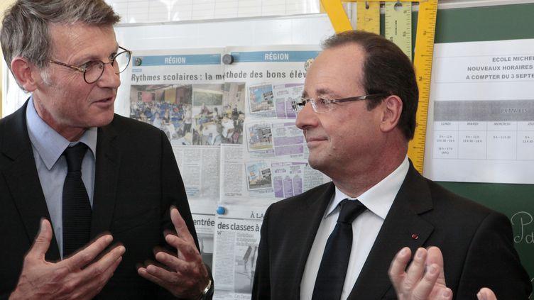 Le ministre de l'Education, Vincent Peillon, et le président, François Hollande, le 3 septembre 2013 dans une école primaire de Denain (Nord), le jour de la rentrée des classes. (PASCAL ROSSIGNOL / AFP)