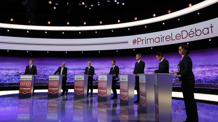 Les sept candidats à la primaire de la gauche, le 12 janvier 2017, lors du premier débat télévisé. (PHILIPPE WOJAZER / AFP)