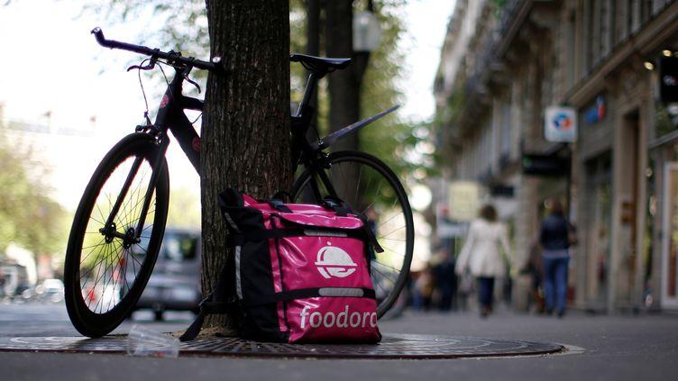 Le sac d'un livreur de l'entreprise Foodora à Paris, le 6 avril 2017. (GONZALO FUENTES / REUTERS)