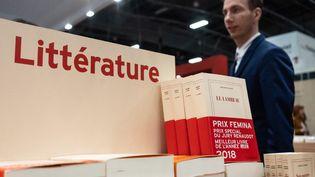 """Le prix Fémina 2018, """"Le Lambeau"""" exposé à un stand du Salon du Livre 2019. (LAURE BOYER / HANS LUCAS)"""