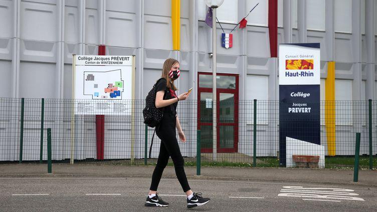 Uneélève devant son collège à Wintzenheim, dans le Haut-Rhin, le 4 mai 2020. (MAXPPP)