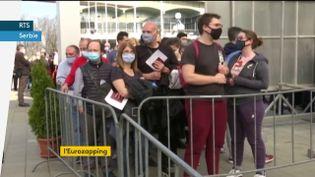 Les étrangers font la queue en Serbie pour se faire vacciner (FRANCEINFO)
