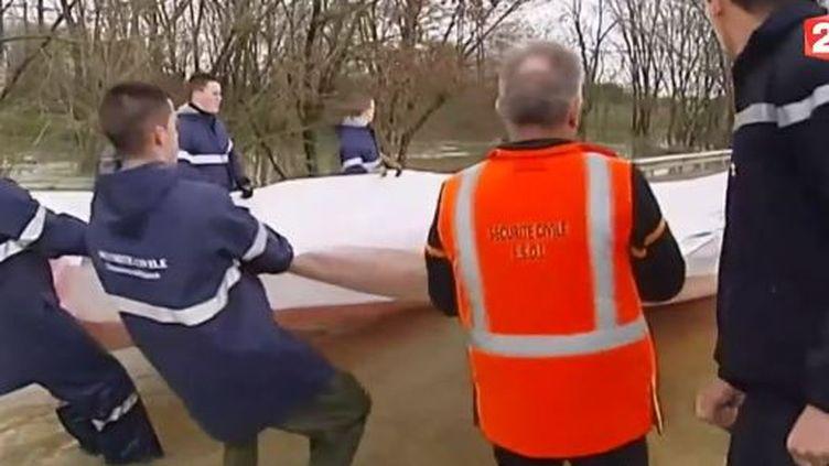 Capture d'écran, le 28 janvier 2014 à Dax (Landes) la Sécurité civile installe un barrage gonflage contre le crue de l'Adour ( FRANCE 2 / FRANCETV INFO)