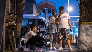 Un vendeur dans une rue de Pékin le 11 juin 2020 (NOEL CELIS / AFP)