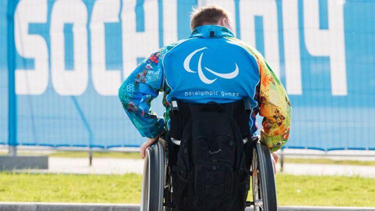 Un volontaire en chaise roulante à Sotchi avant les Paralympiques