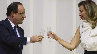 François Hollande et Valérie Trierweiler en octobre 2013 à Pretoria (Afrique du Sud), lors d'une visite officielle. (FRED DUFOUR / AFP)