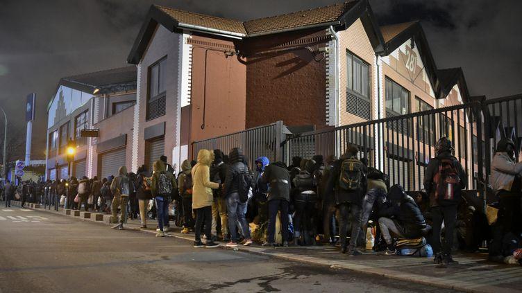 Plus de 1 400 personnes sont évacuées d'un campement de migrants porte d'Aubervilliers, dans le nord de Paris, le 28 janvier 2020. (ANTONIN BURAT / HANS LUCAS / AFP)
