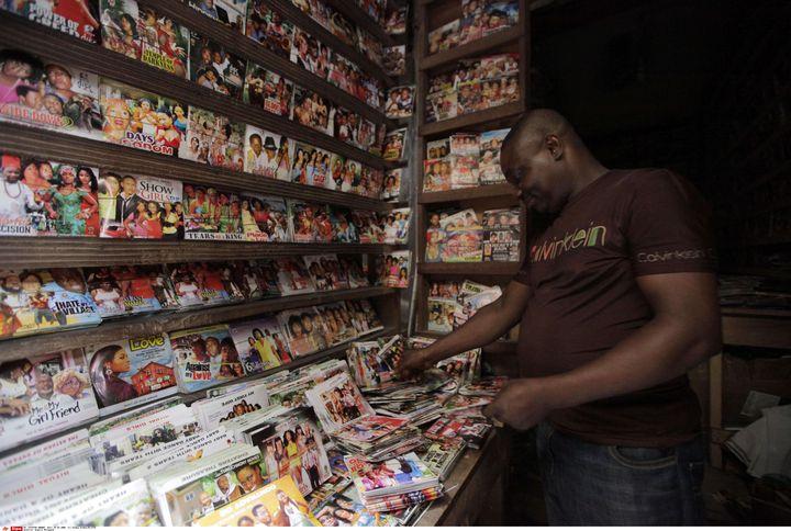 Un vendeur de DVD de films Nollywood arrange son étal dans une boutique de Lagos (Nigeria) le 5 février 2014. (SUNDAY ALAMBA/AP/SIPA / AP)