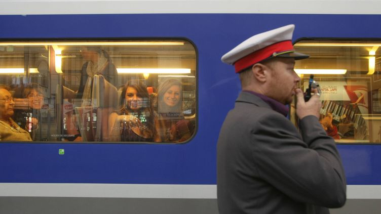 Un contrôleur devant le train, à Bordeaux, le 7 octobre 2011. ( MAXPPP)